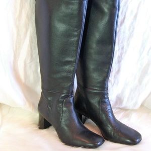 TAHARI 5.5 BLK LEATHER KNEE BOOTS
